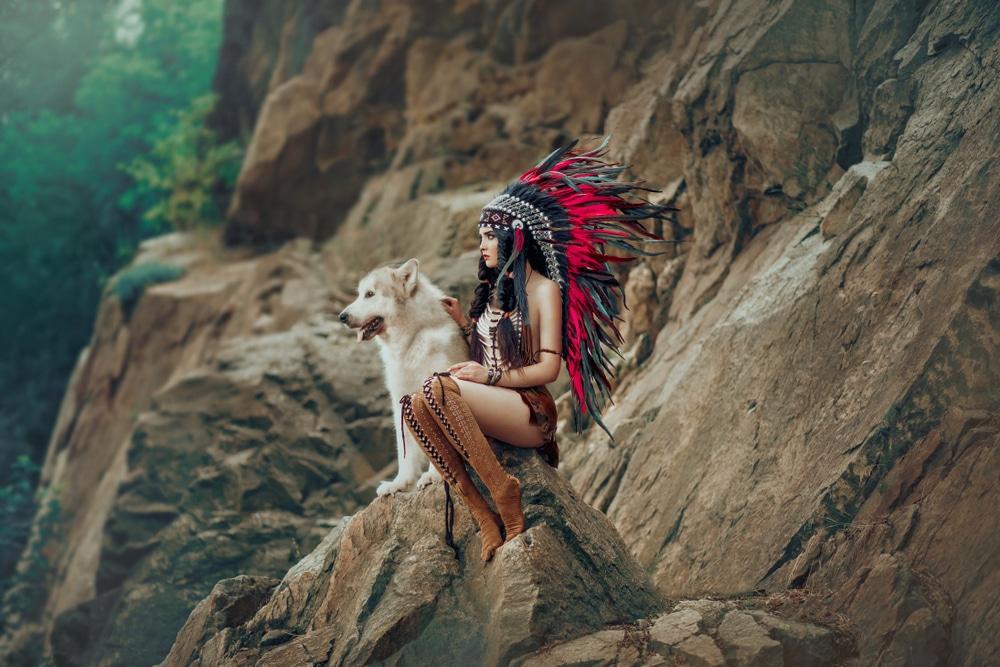 femme indienne assise avec un loup