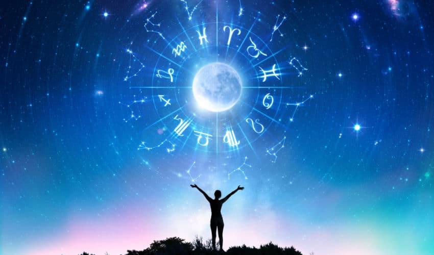 femme soulevant roue astrologique