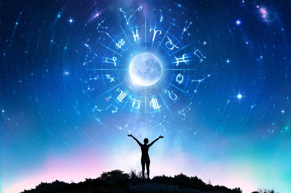 roue astrologique dans un ciel étoilé