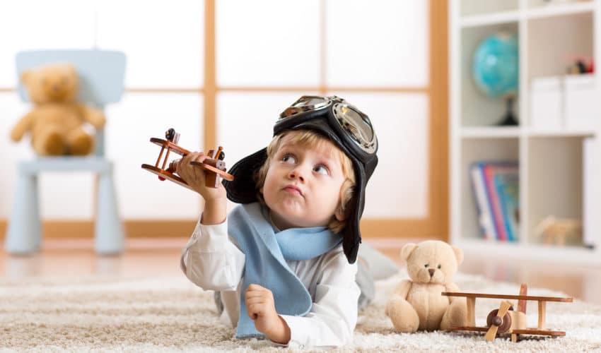 enfant qui joue avec un avion