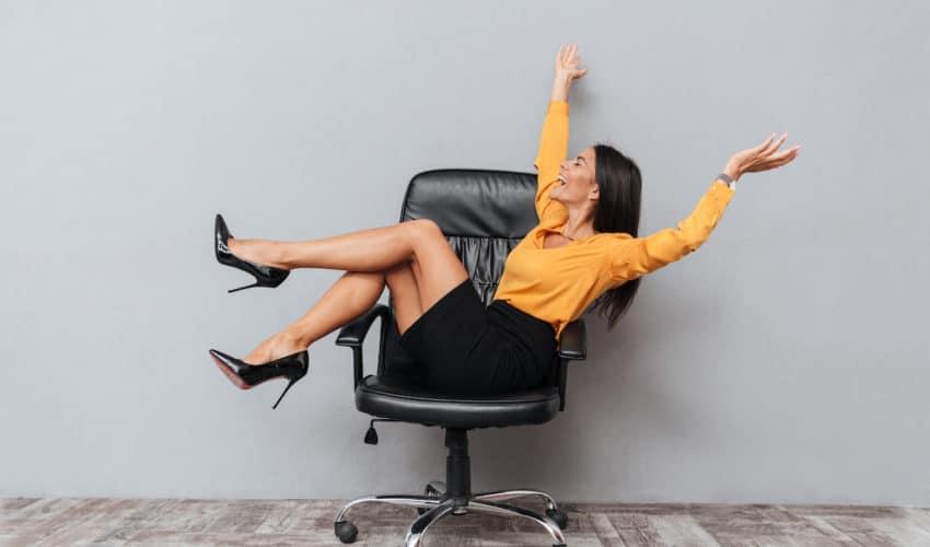 Femme heureuse sur fauteuil de bureau pour un job de rêve