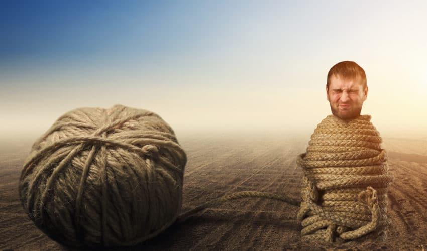 homme attaché par une corde