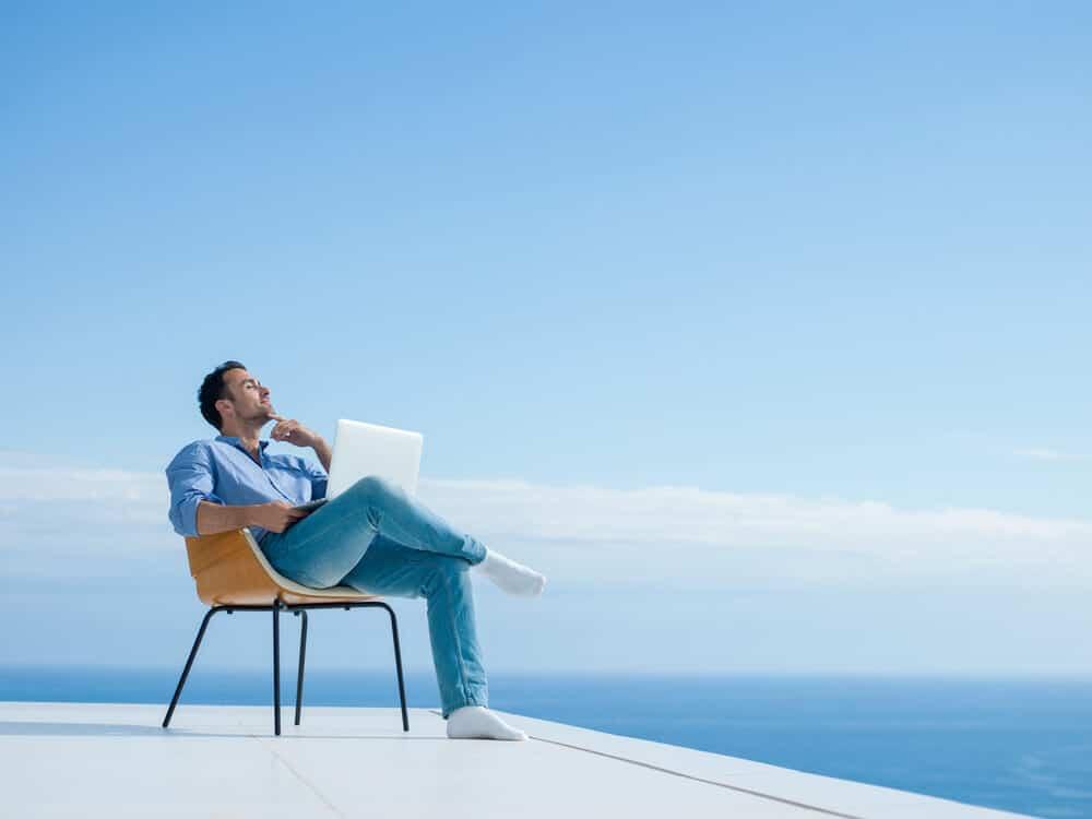 Homme se reposant sur le toit de sa maison