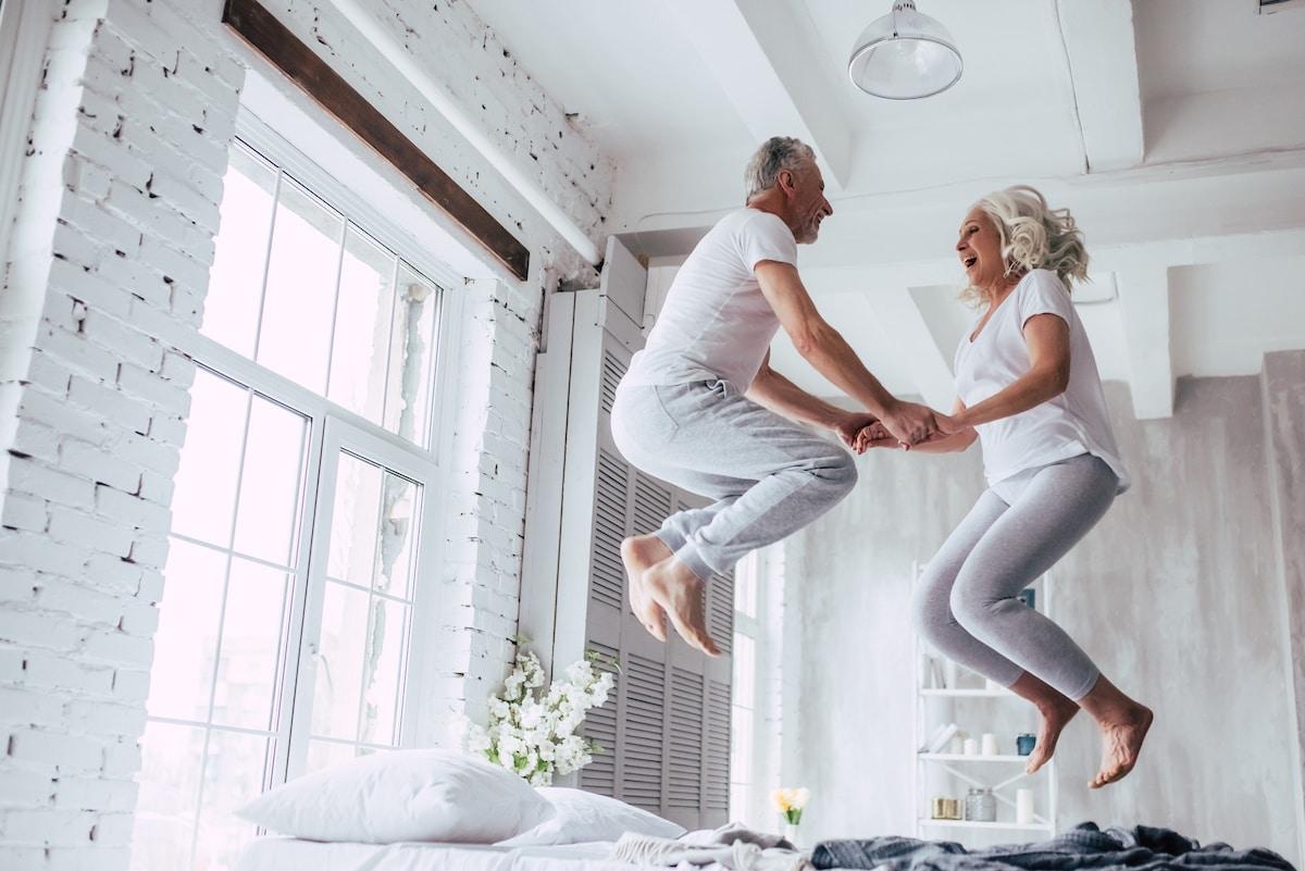 couple mur qui saute sur le lit