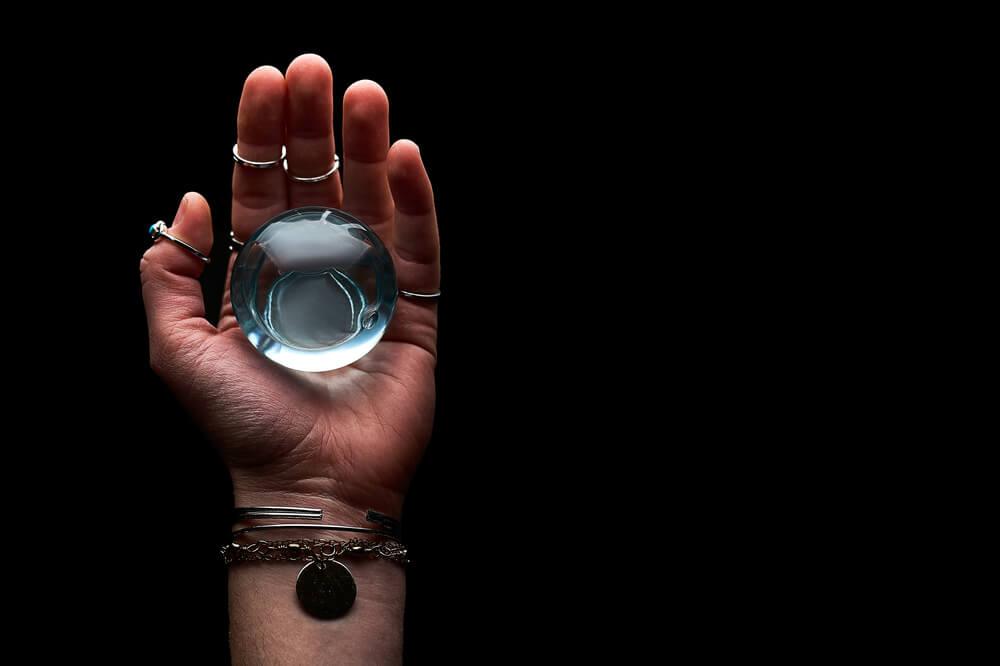 boule de cristal dans la main