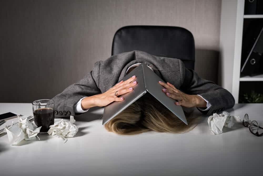 femme qui dors sur son bureau