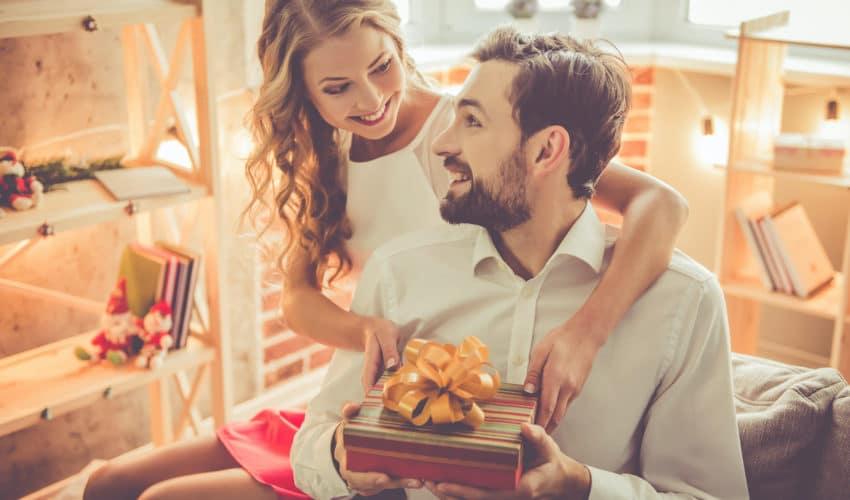 jeune couple fêtant la Saint-Valentin
