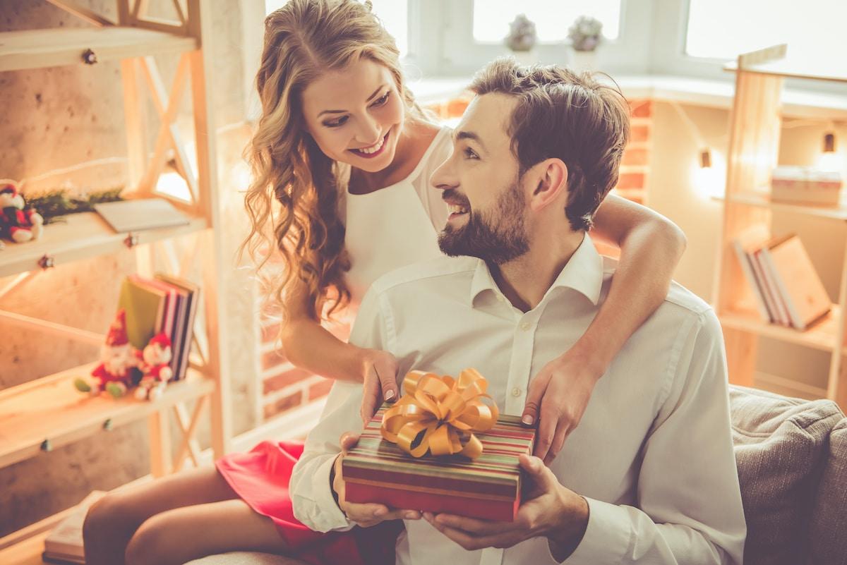 femme qui offre un cadeau a son mari