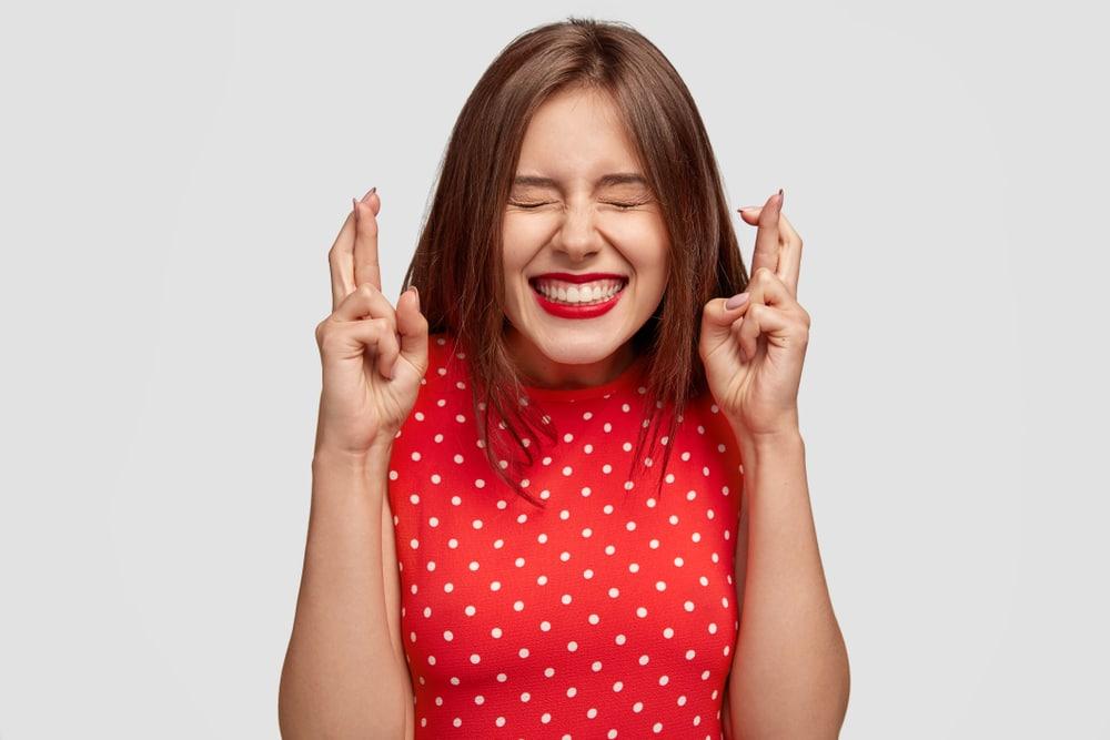 jeune femme qui croise les doigts