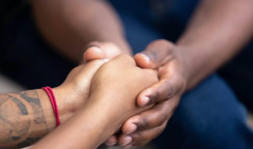 tenir la main avec confiance