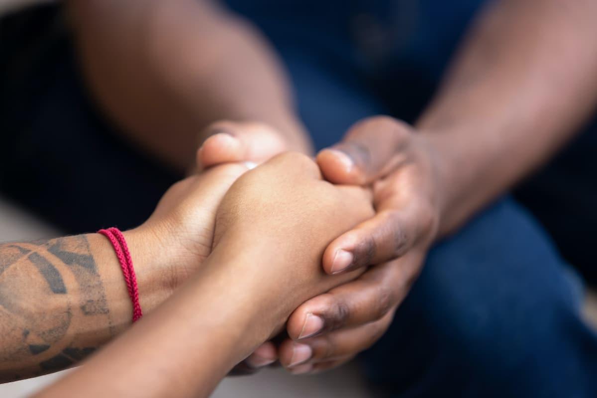 couple qui se tient les mains