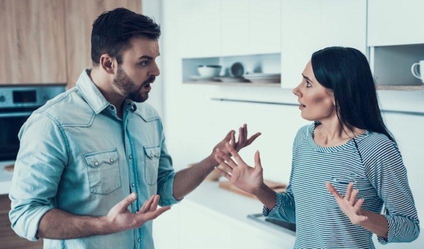 couple qui se dispute dans la cuisine