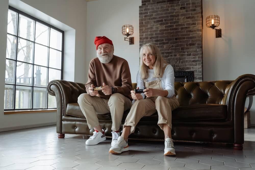 couple âgé jouant a un jeu video