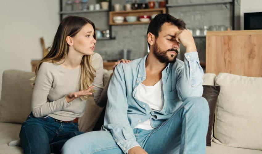 femme réconfortant un homme déprimé