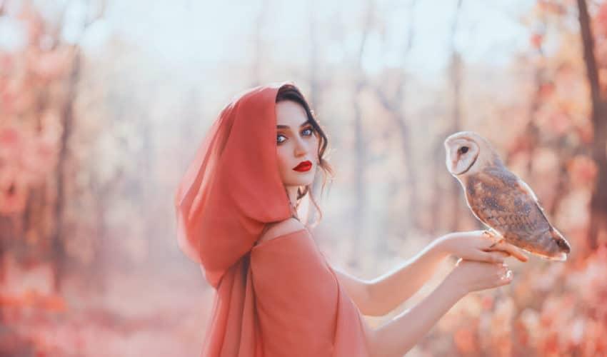 femme qui porte une chouette