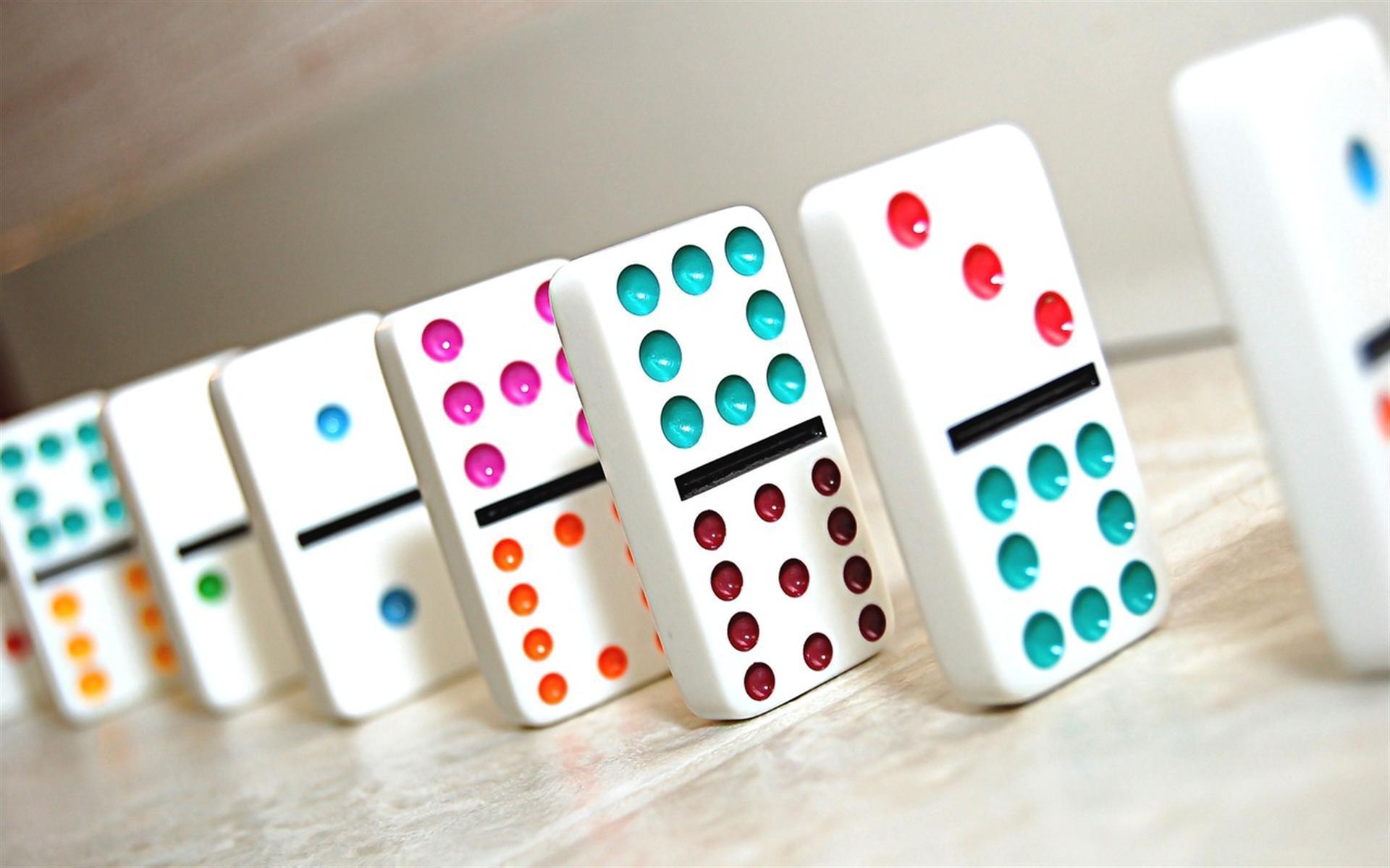 des dominos de couleur