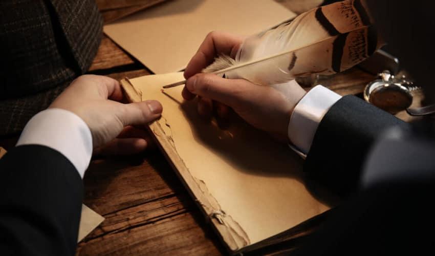 homme qui écrit avec une plume