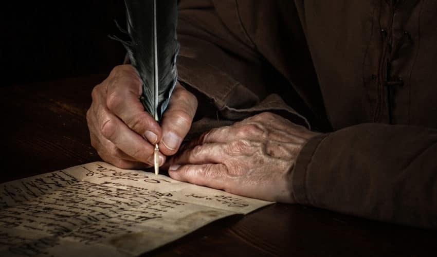 vieille homme qui pratique l'ecriture automatique