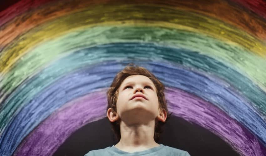 enfant qui regarde un arc-en-ciel