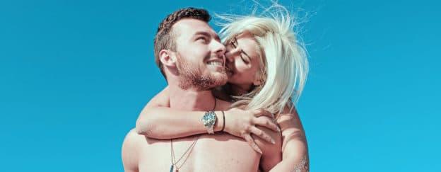 couple et ciel bleu