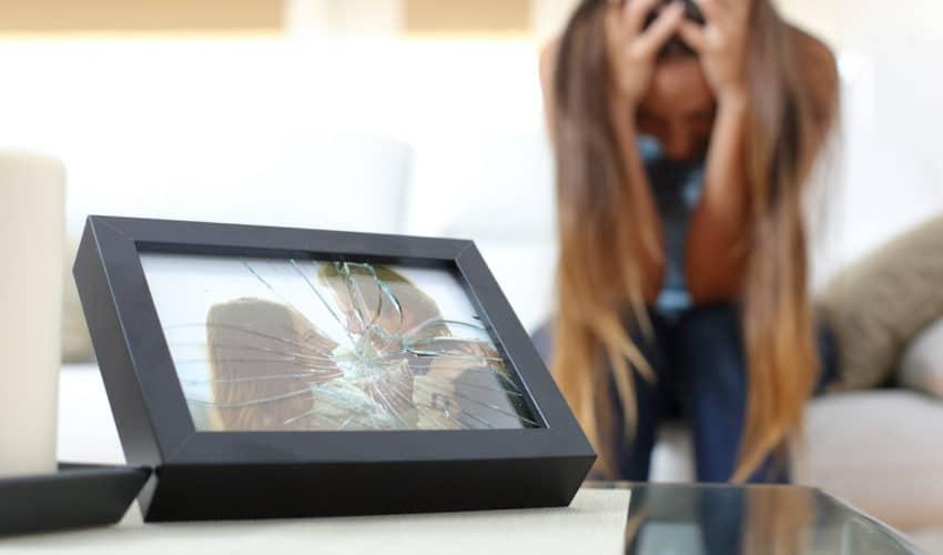 femme triste devant une photo