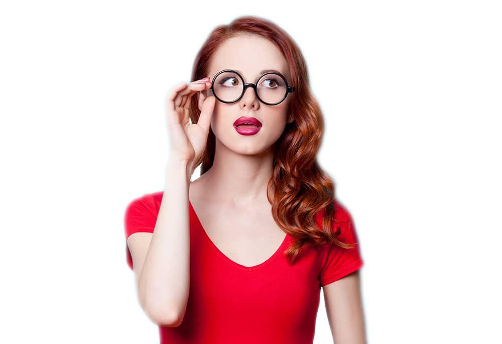 Femme en t-shirt rouge qui consulte l'horoscope de l'année