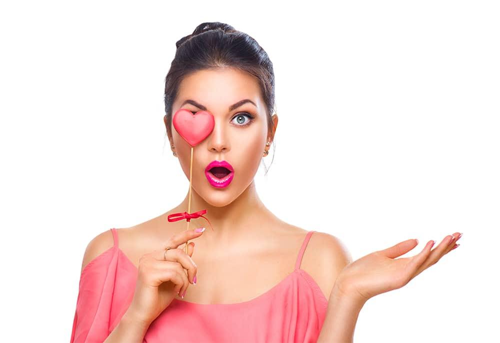 femme en rose pour l'horoscope de la semaine