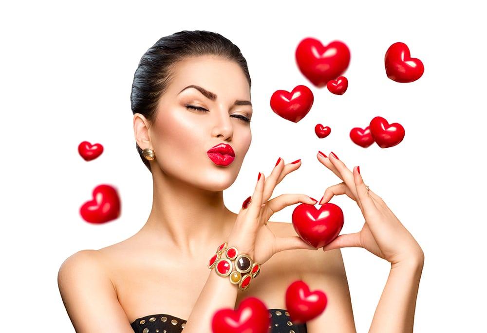 femme avec des coeurs pour l'horoscope du mois