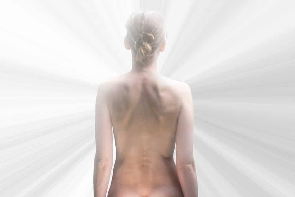 femme nu de dos devant une lumière blanche