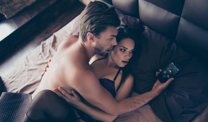 deux amoureux homme inquiet en regardant son telephone