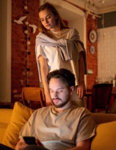 femme qui regarde le telephone de son mari