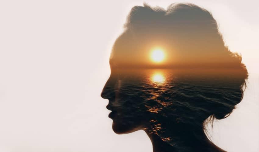 silhouette de femme au couché du soleil