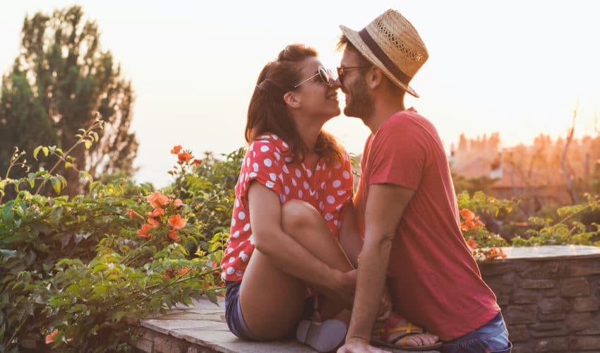 jeune couple a la campagne