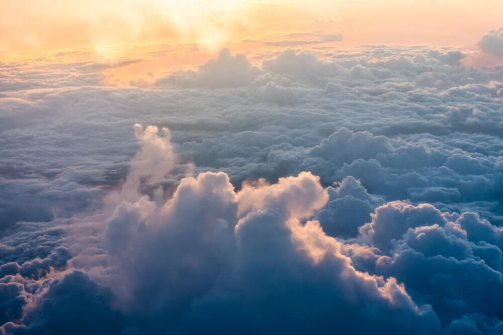 nuage éclairé par le soleil