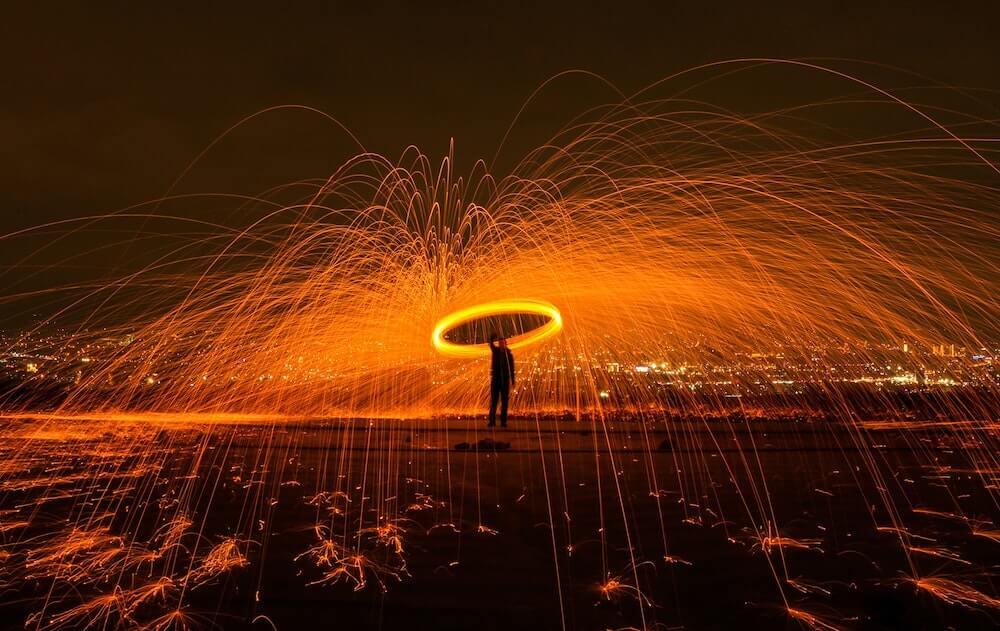 Homme qui fait un spectable avec du feu