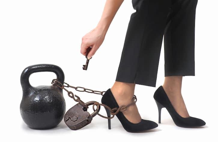 femme avec un boulet attaché a son pied