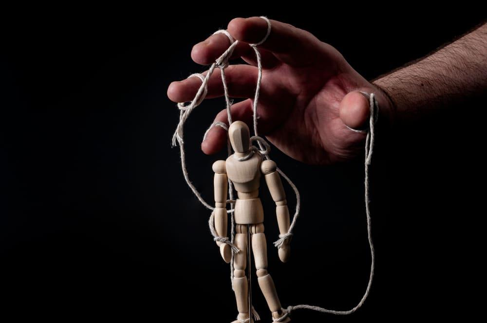 homme utilisant une marionette