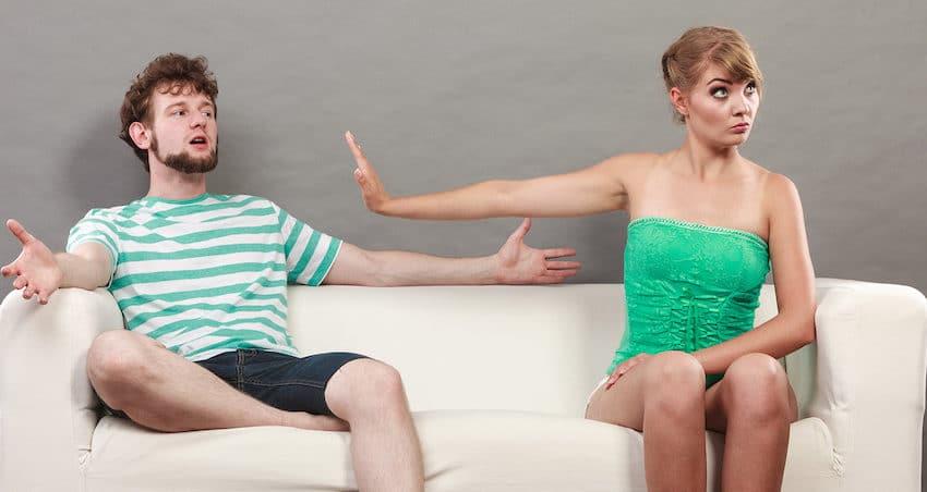 femme qui demande a son mari de se taire