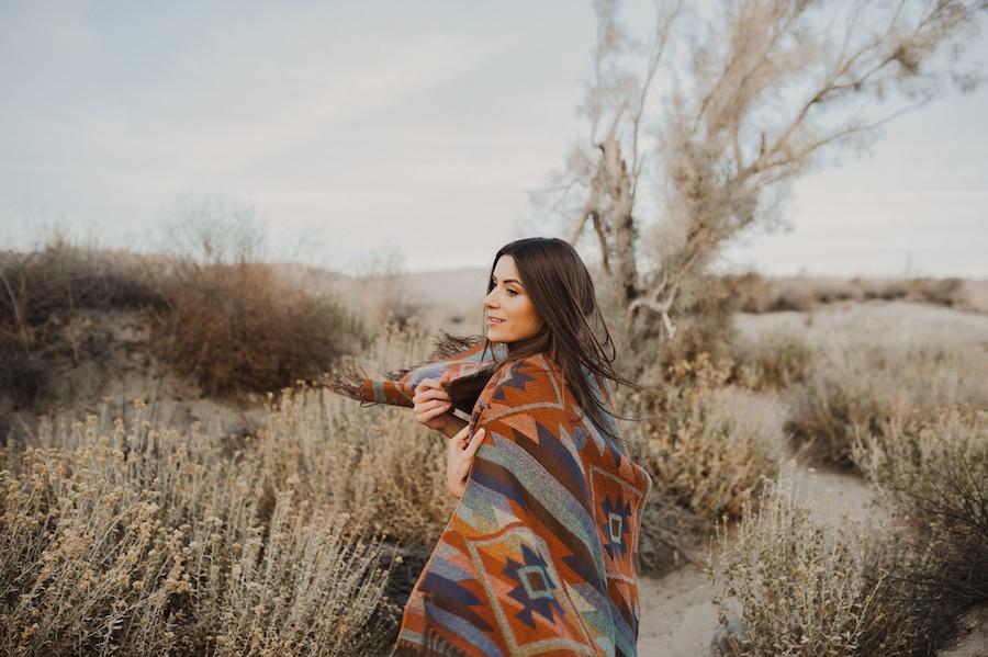 Jeune femme brune vêtu d'un poncho