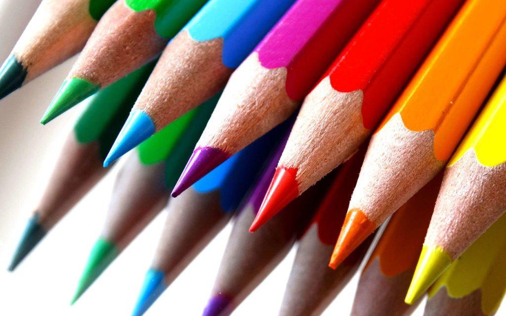 alignement de crayons de couleurs