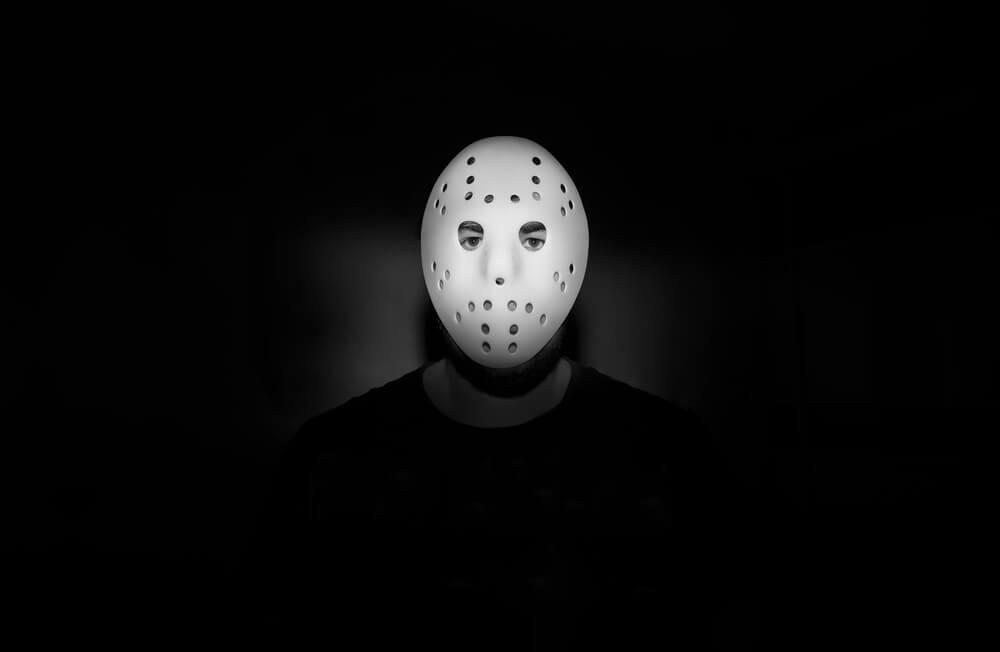 homme avec un masque sur le visage