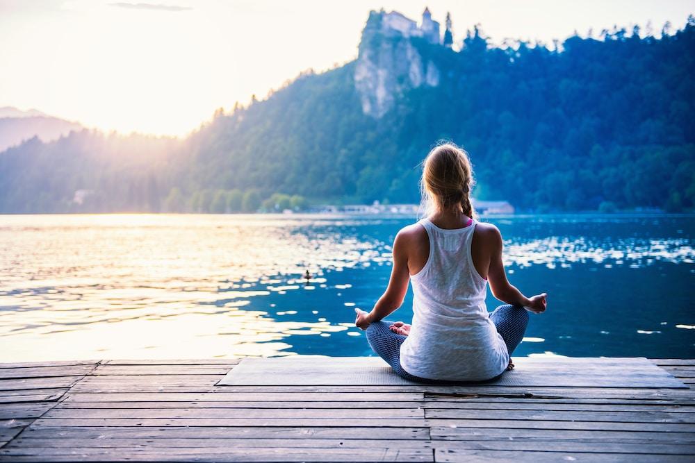 femme qui fait du yoga sur un ponton