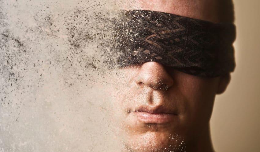 homme avec un bandeau sur les yeux