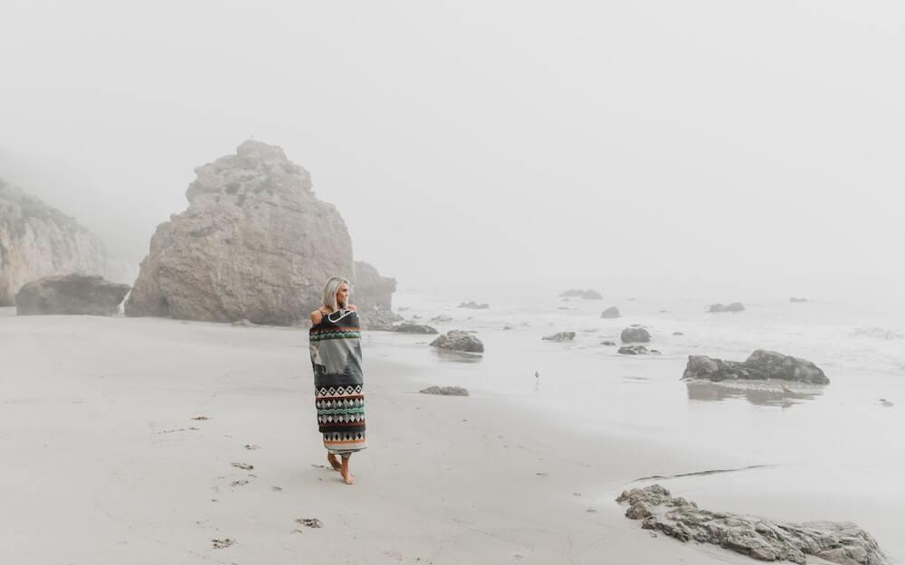 femme seule marchant sur la plage