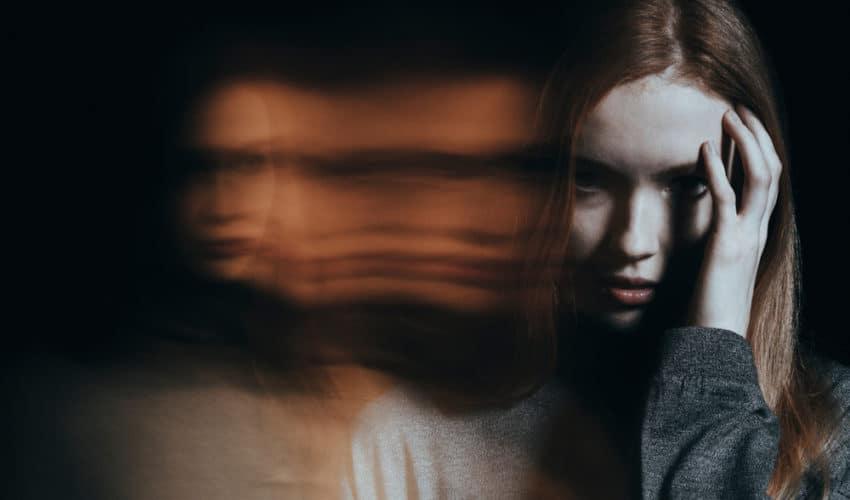 Personne dépendante avec des allucinations