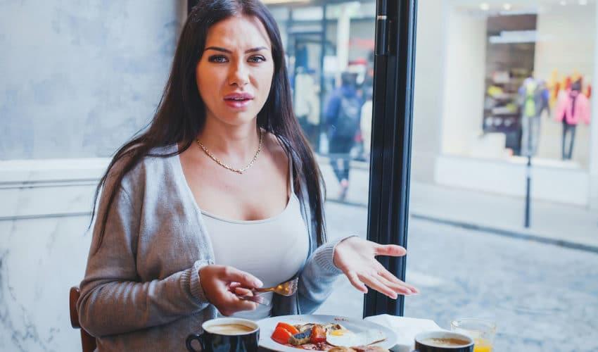femme qui n'apprecie pas son repas