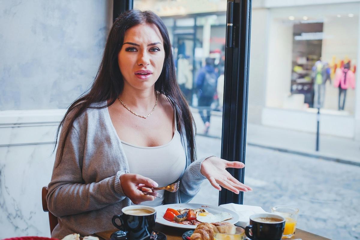 femme mécontente de son repas