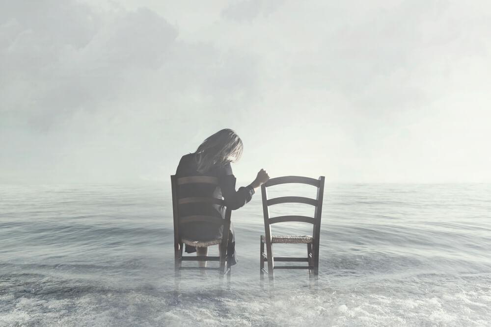 femme assise sur une chaise dans l'eau