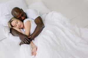 couple allongé dans un lit