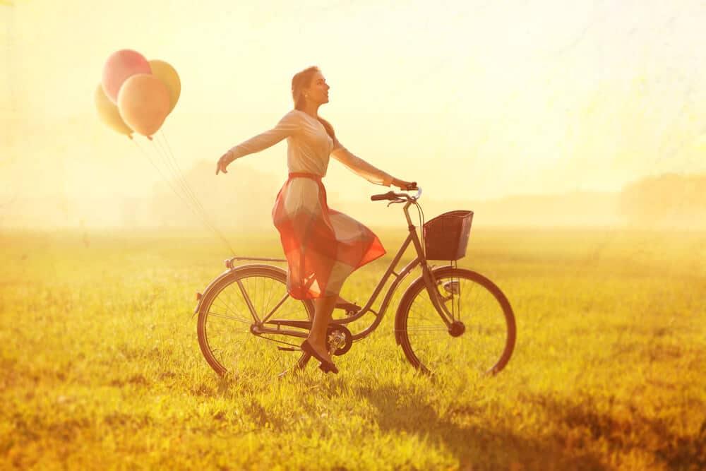 femme sur un velo avec des ballons